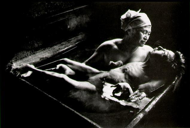 도모꼬를 목욕시키는 어머니.JPG
